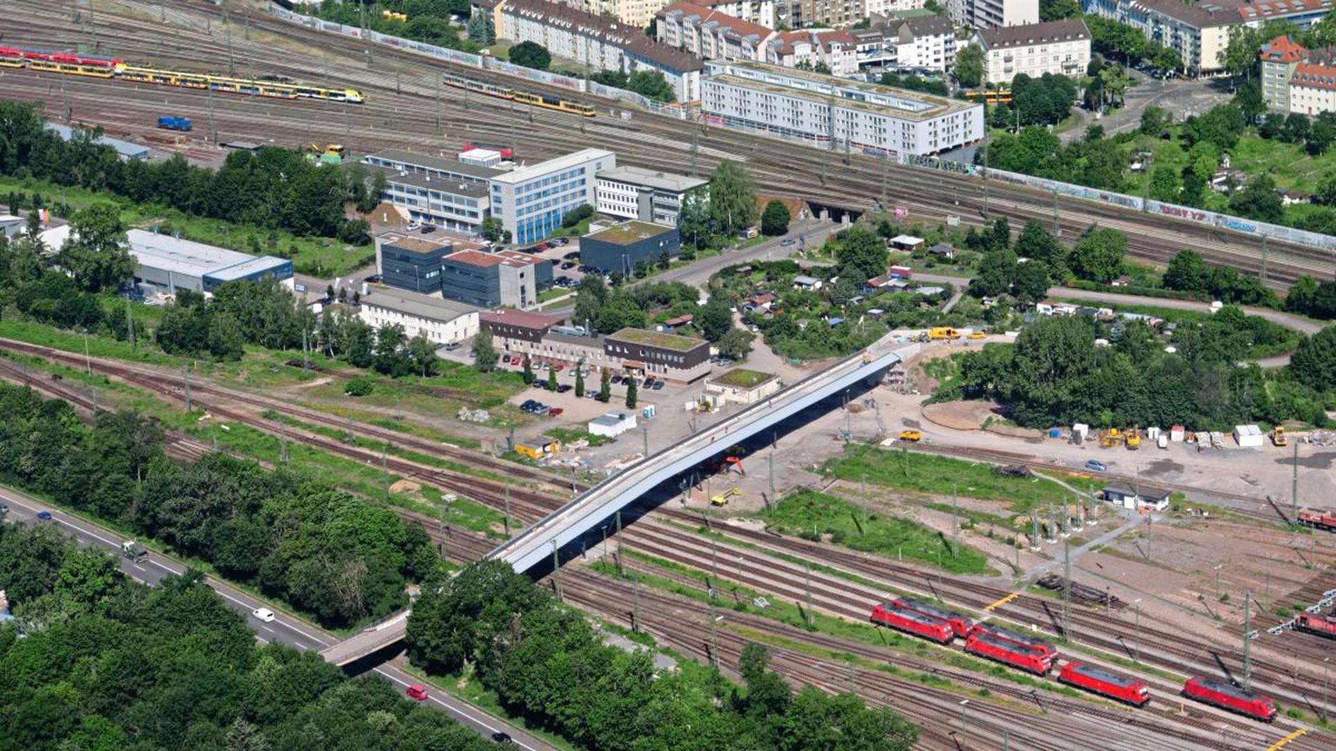 Sie ist wieder da: Die neue Wasserwerkbrücke zwischen der Südstadt (oben) und dem Oberwald (unten) wird am Mittwoch, 24. Juli, um 16 Uhr eröffnet.