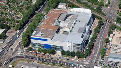 Das Möbelhaus: Nicht nur die Fassaden des Ikea-Baus zwischen Durlacher Allee (links) und Gerwigstraße (rechts) sind weitgehend mit blauen und weißen Platten sowie großen Scheiben geschlossen. Innen läuft die Einrichtung auch der Musterzimmer auf Hochtouren.