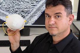 GENAU HINGESCHAUT hat Markus Heneka von RJL Micro & Analytic bei den FFP-Masken. Der Monitor zeigt eine Aufnahme der mehrlagigen Membrane.