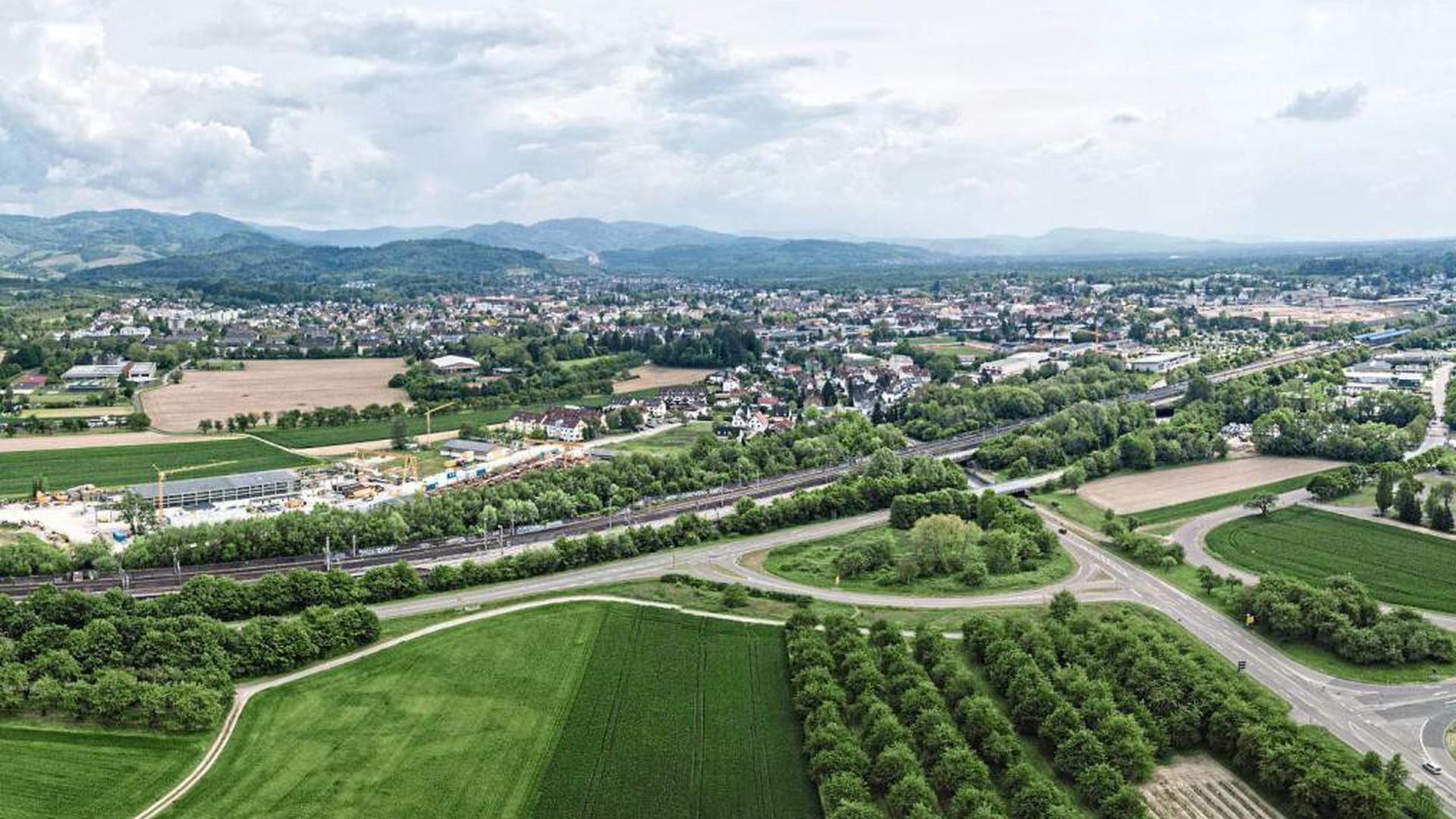 """Die Nordosttangente ist ein zentraler Bestandteil des Masterplans. Die neue Straße soll über oder unter Bahn und Bundesstraße 3 (im Bild unten) führen und den geplanten Klinikstandort im """"Brachfeld"""" erschließen."""