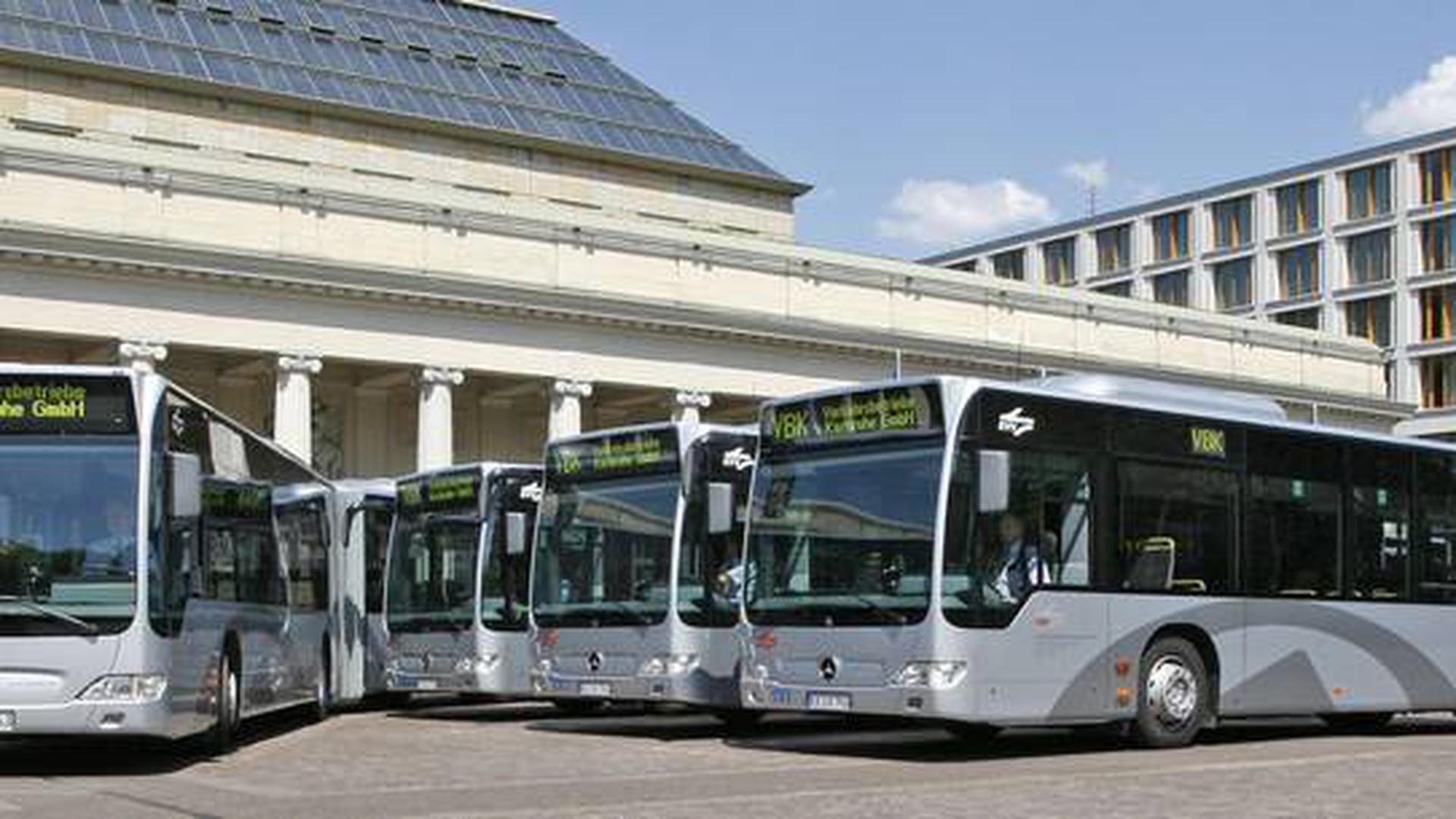 Mehrere Busse des KVV auf einem Parkplatz.