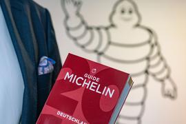 Ralf Flinkenflügel, Direktor des Guide Michelin für Deutschland und die Schweiz, steht am Rande eines Interviews im Eingangsbereich am neuen Firmensitz in der Nähe des Frankfurter Flughafens mit der Ausgabe des letzten Jahres in der Hand. In den Gourmetküchen Deutschlands steigt in diesen Tagen die Nervosität. Denn am kommenden Dienstag (3. März) werden in Hamburg die diesjährigen Michelin-Sterne bekannt gegeben. (Gesicht des Abgebildeten darf nicht gezeigt werden) +++ dpa-Bildfunk +++