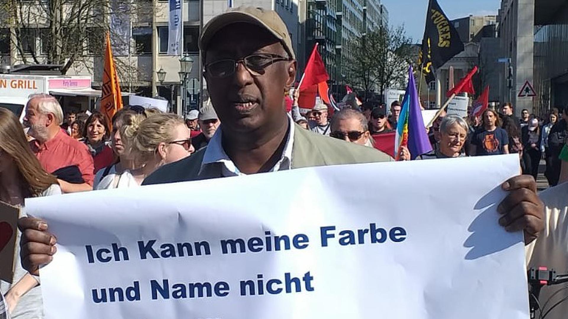 Mohamed Farah aus Karlsruhe engagiert sich auch immer wieder auf Demonstrationen gegen Rassismus.