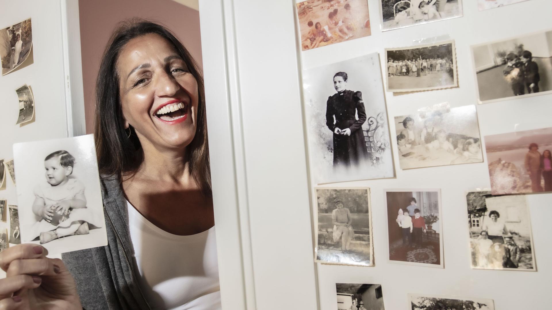 Auf der Spur ihrer Ahnen: Monica Nobis aus Karlsruhe wollte herausfinden, woher die dunklen Haare und der dunkle Teint stammen, die schon ihre Großmutter hatte. Die Recherche in örtlichen Kirchenbüchern brachte keine befriedigende Antwort. Also ließ die Karlsruher Unternehmerin ihre DNA analysieren.