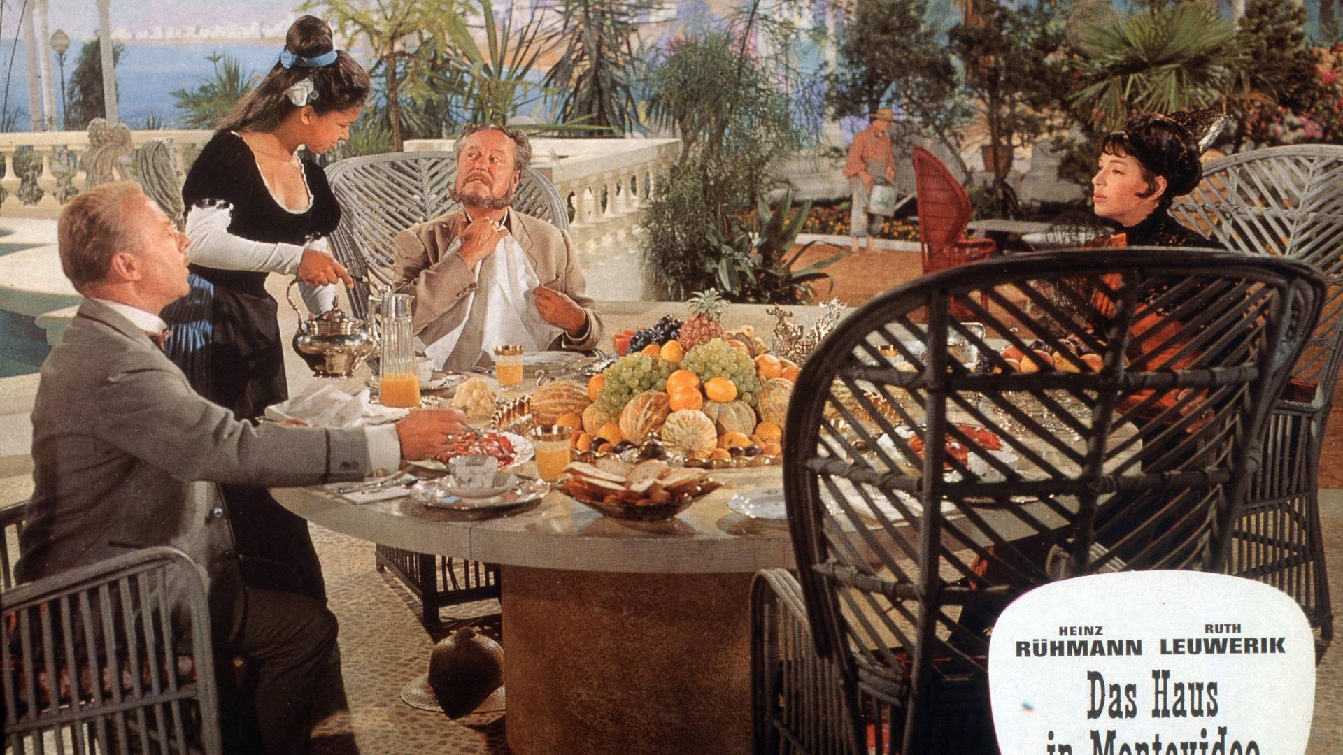 """Ein Filmfoto aus """"Das Haus in Montevideo"""", Deutschland 1963, mit Heinz Rühmann (links), Paul Dahlke, Hanne Wieder (rechts)."""