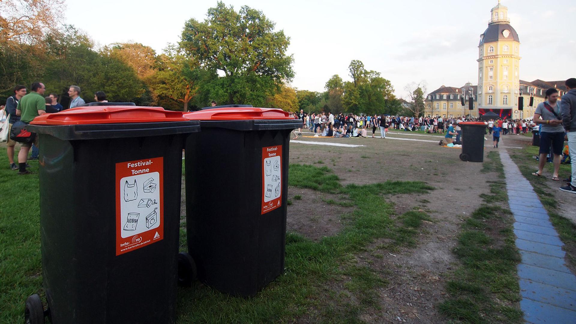 "Festival-Tonnen auf dem Karlsruher ""Fest""."