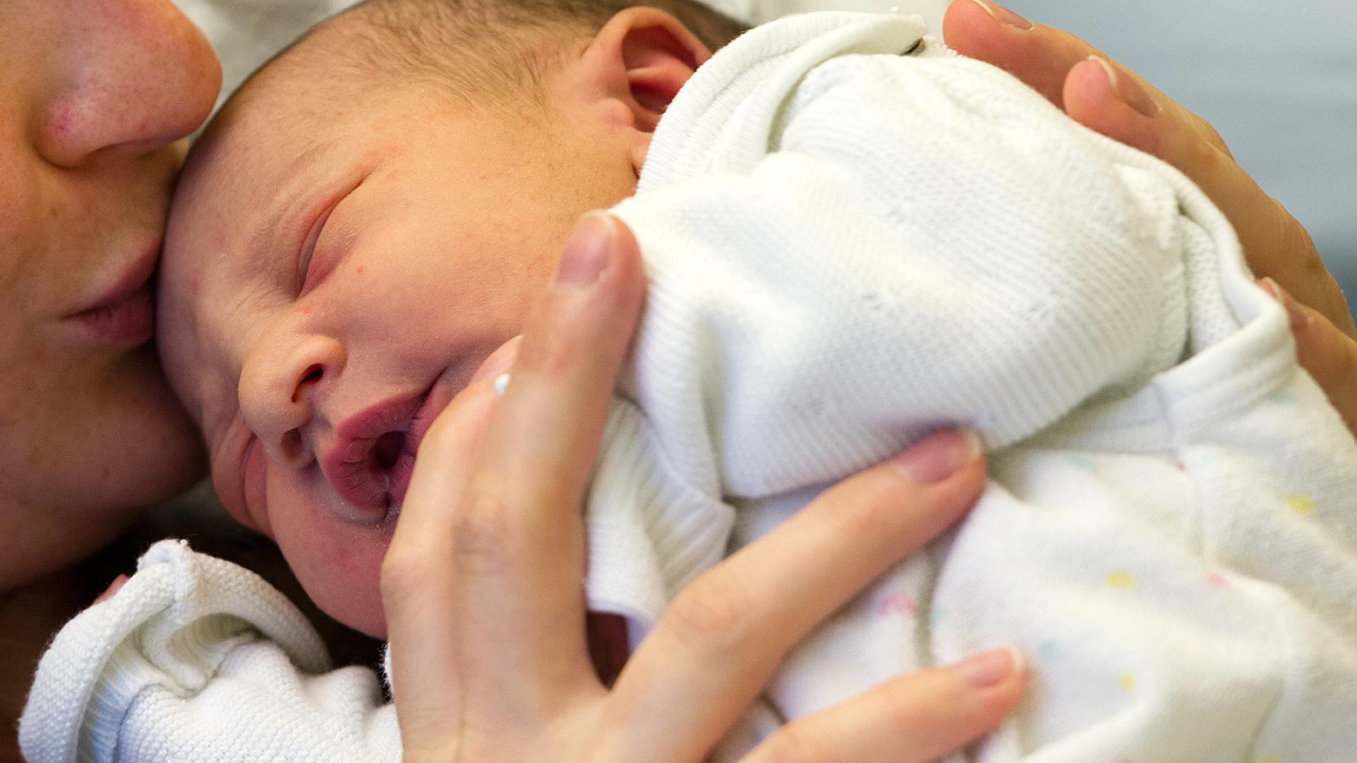 Mutter im Babyglück: Allzu oft wird diese Harmonie durch traumatische Erfahrungen unter der Geburt gestört.