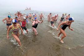 Weder Kälte noch Nebel hielten die Teilnehmer ab, in den Grötzinger Baggersee zu springen. Organisiert wird das Neujahrsschwimmen von der DLRG-Ortsgruppe Durlach.
