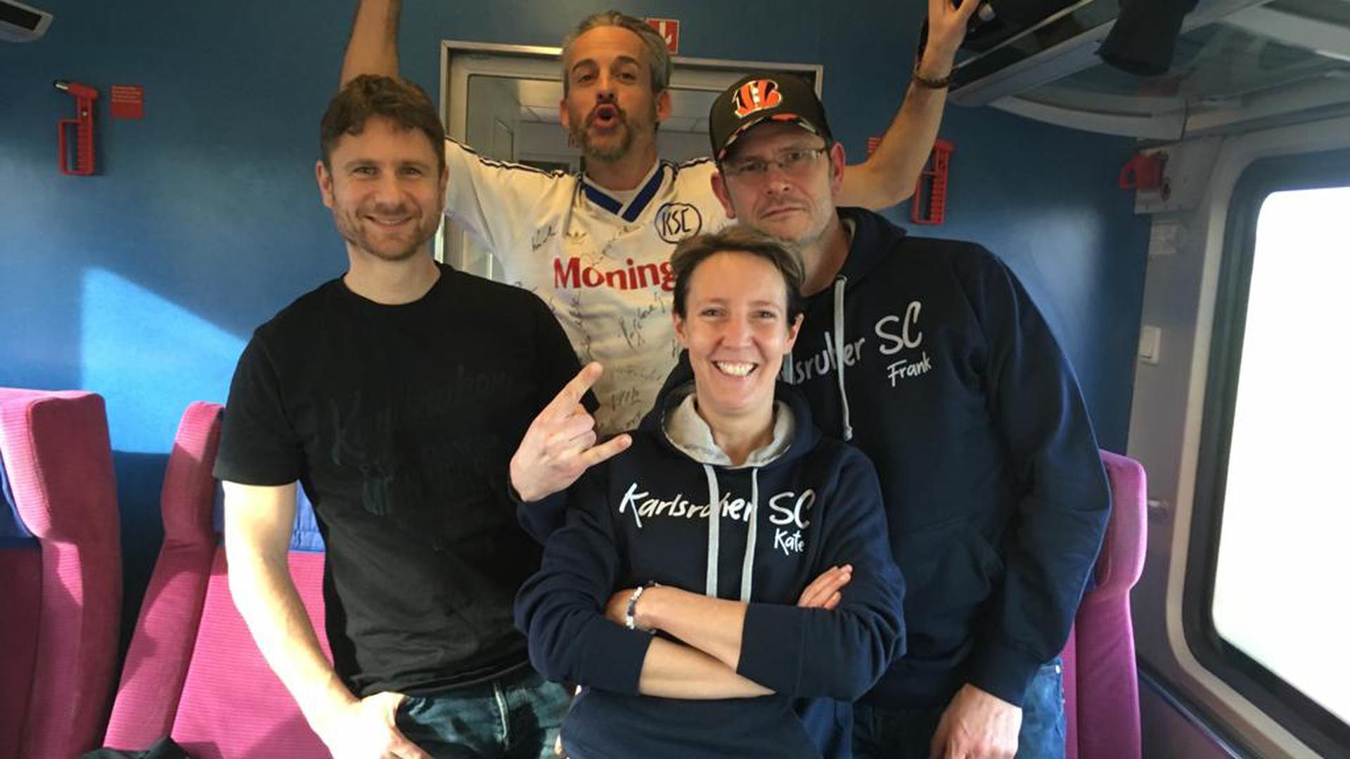 Auswärts unterwegs: Fanclubvorsitzende Katrin Schütz mit anderen Fanclubmitgliedern im Zug zum KSC-Spiel nach Lotte gegen Sportfreunde Lotte.