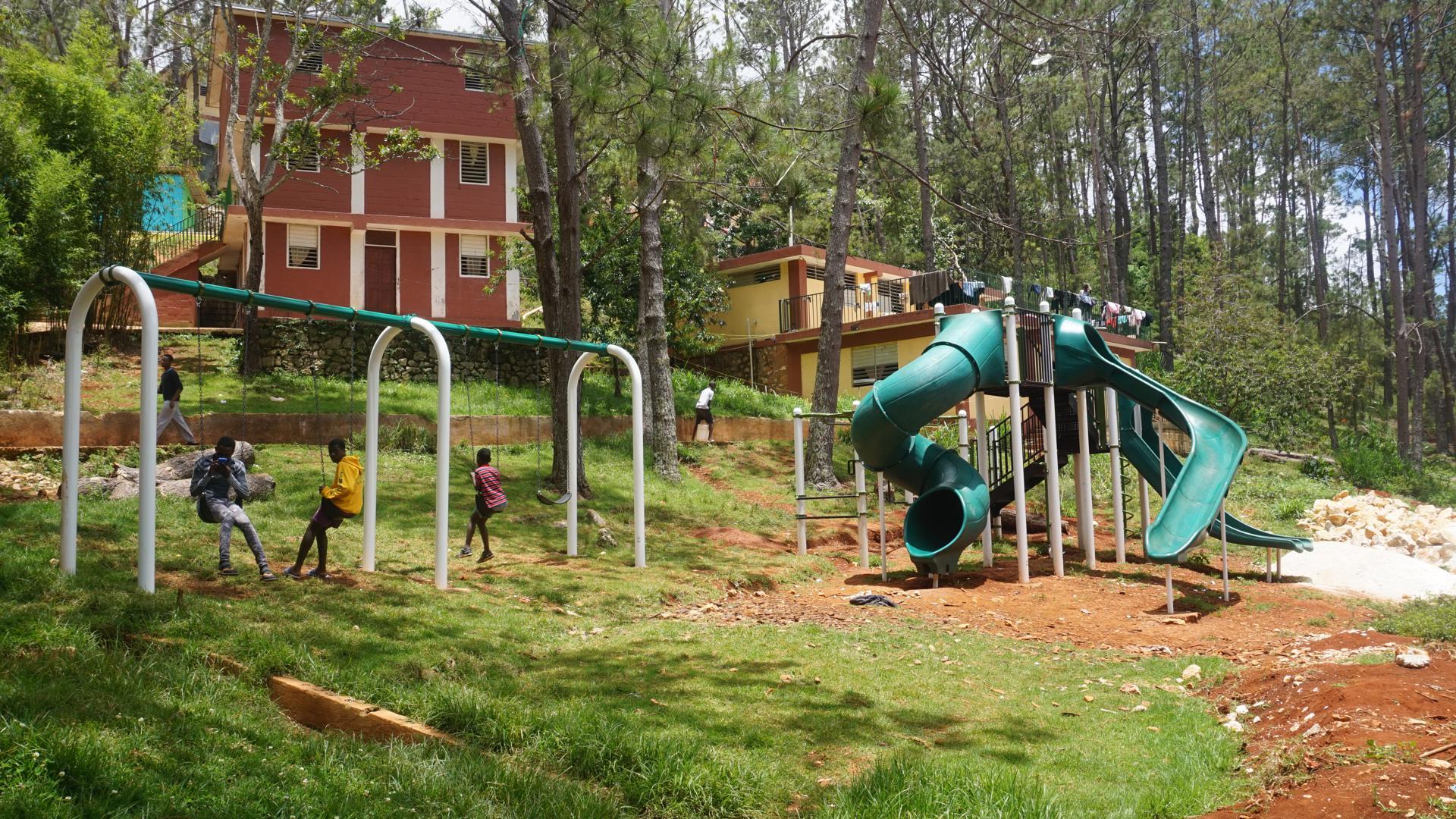 Das Kinderdorf St. Hélène bietet 350 Kindern ein liebevolles Zuhause. Neben Wohnhäusern für Mädchen und Jungs hat es unter anderem einen Kindergarten, eine Grund- und Mittelschule sowie Spiel- und Sportplätze.