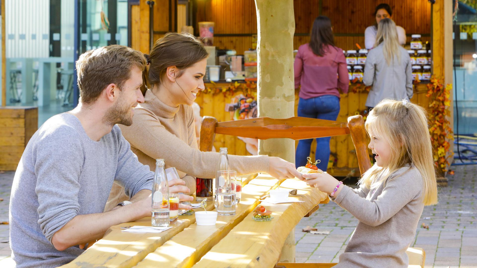 Im offerta Biergarten im Atrium können sich Besuchende eine kleine Erholungspause gönnen und sich mit süßen und deftigen Speisen stärken.
