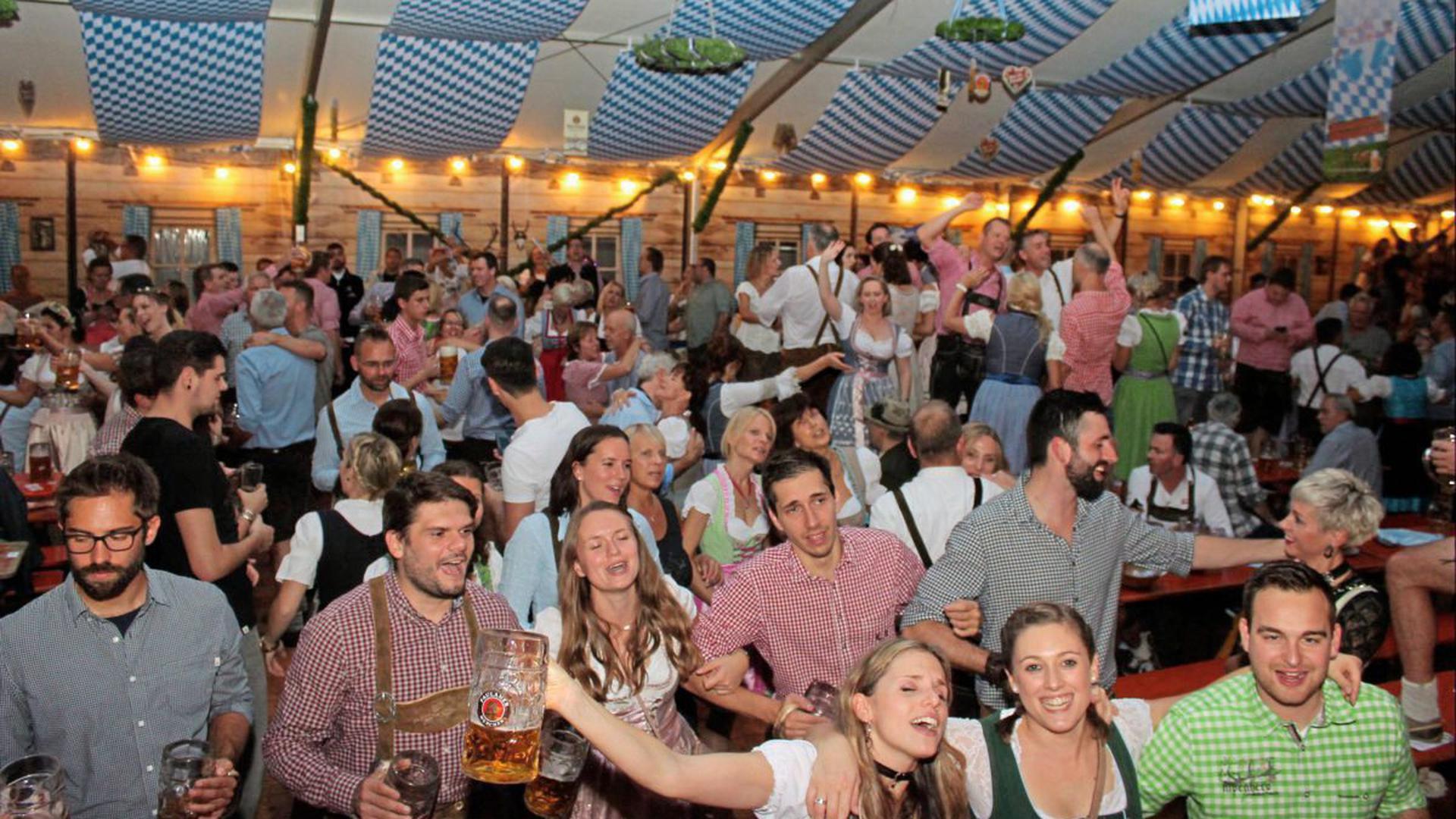 Von wegen nur die Bayern können Oktoberfest. Im Festzelt auf dem Messplatz zeigten auch die Badener beim Karlsruher Oktoberfest, wo der Festhammer hängt.