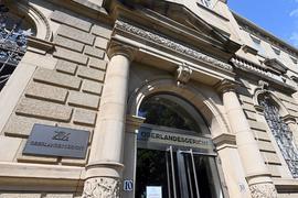 """Aussenaufnahme des Oberlandesgericht Karlsruhe mit einer Hinweistafel auf der steht """"Oberlandesgericht"""". Am 28.07.2021 findet das Jahrespressegespräch 2021 des Gerichts Karlsruhe statt. +++ dpa-Bildfunk +++"""
