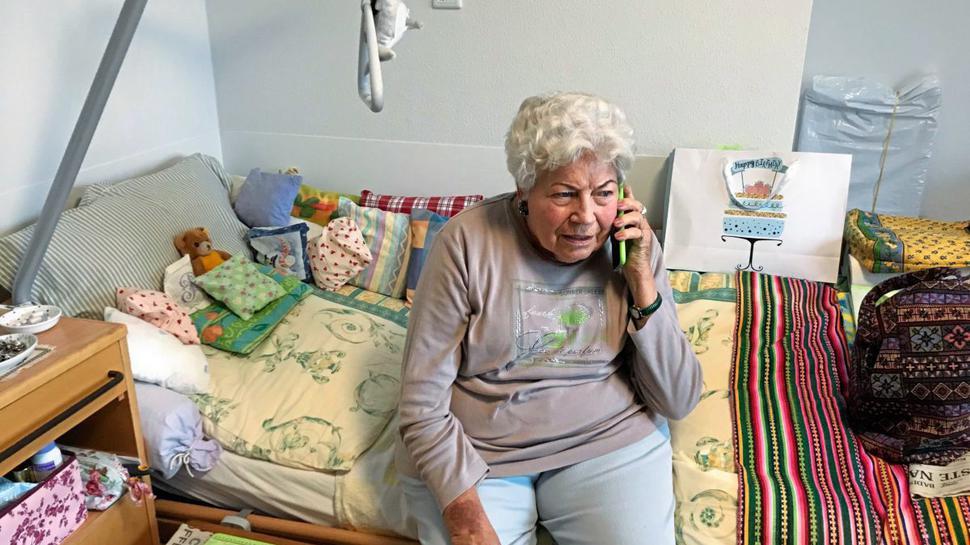 """Die Bewohner der """"Alten Mälzerei"""" in Karlsruhe können das WLAN mit ihren eigenen Handys nutzen. Rosemarie Erb schreibt oft den Enkeln auf WhatsApp oder telefoniert mit alten Freunden."""