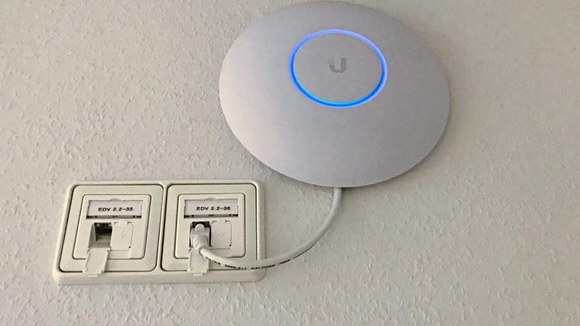 """45 Router wie dieser verteilen das kabellose Internet im Karlsruher Pflegeheim """"Alte Mälzerei""""."""