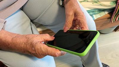 """Rosemarie Erb hält ihr iPhone in der Hand. Die 84-Jährige wohnt im Pflegeheim """"Alte Mälzerei"""" in Karlsruhe."""