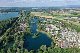 Luftaufnahme von den beiden Badeseen im Freizeitcenter Oberrhein in Rheinmünster.