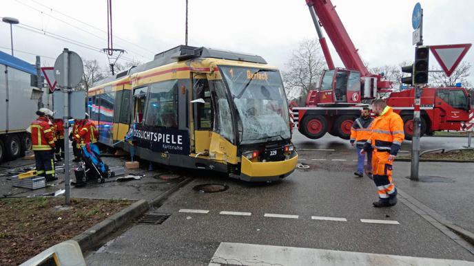 In Karlsruhe ist am Freitagmorgen eine Straßenbahn mit einem Lkw zusammengestoßen.