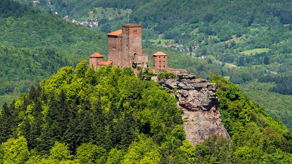 Beliebtes Ausflugsziel: Die Burg Trifels thront über dem Pfälzerwald.