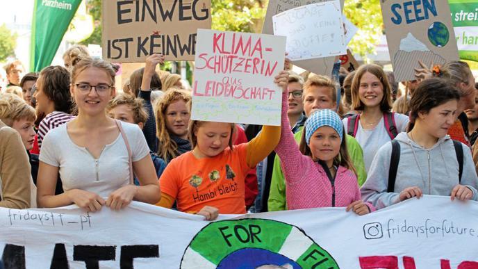 """""""Klimaschützerin aus Leidenschaft"""" steht auf dem Plakat einer Schülerin. Auch in Pforzheim sind am 20. September aber nicht nur Schüler zu den Fridays-for-Future-Demonstrationen gekommen."""