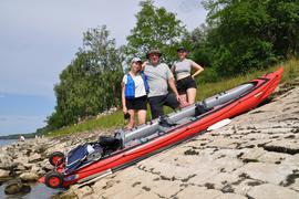 Schräge Sache? Keineswegs. Mit dem aufblasbaren Kanu haben Jörg Schaper aus Freiburg und seine beiden erwachsenen Töchter aus Stutensee am Pfingstsonntag eine Tour auf Rhein und Altrhein unternommen.