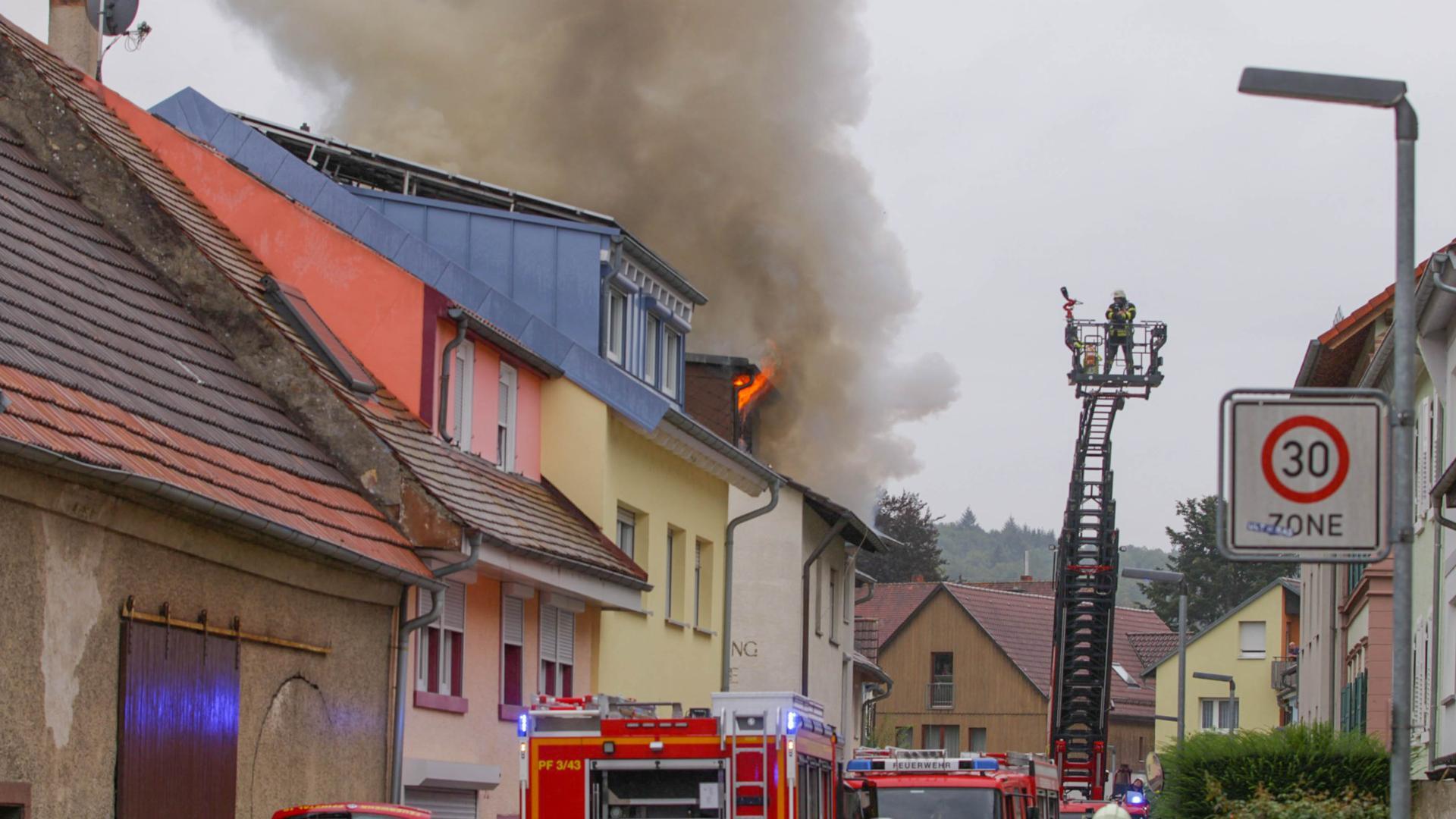 Dachstuhlbrand in Mehrfamilienhaus in Pfinztal-Söllingen