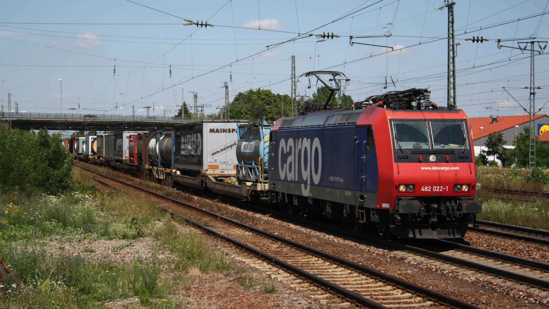 Graben-Neudorf: Ein Güterzug fährt durch den Bahnhof Graben-Neudorf.