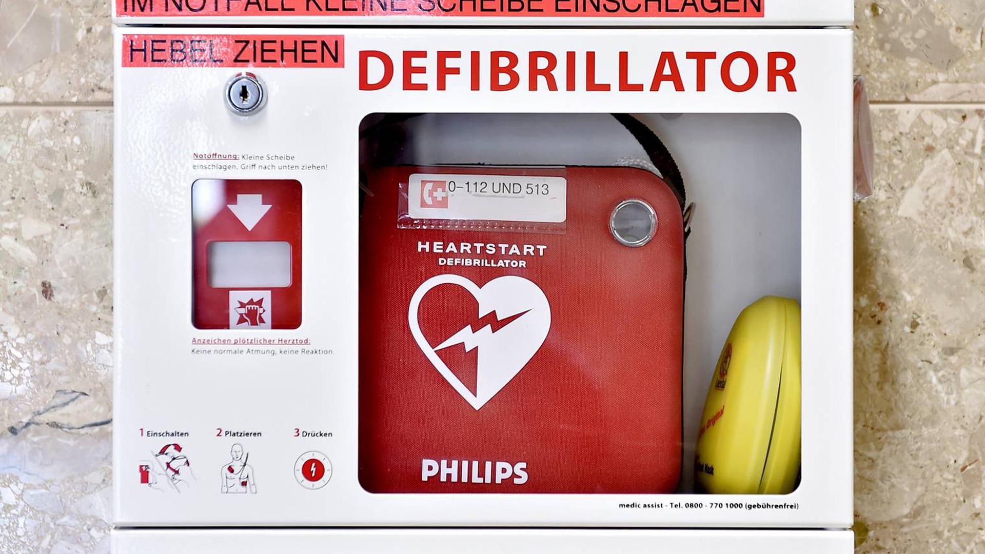 Handliches Rettungsgerät: Gut sichtbar und zugänglich ist der Defibrillator an einer Wand nahe dem Eingang installiert.