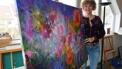 Blütenmeer auf der Staffelei: Ann-Kathrin Busse hat das Bild bereits im September 2020 gemalt. Sie möchte mit ihren Bildern einen Gegenpol zum Coronavirus setzen.
