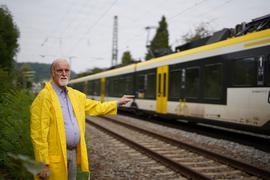 An der Bahnstrecke: Drei Monate lang hat eine sanierte Bahnstrecke dem Rentner Klaus-Hinrich Krasting den Schlaf geraubt. Mittlerweile hat die Bahn das Gleisteil nachgebessert.