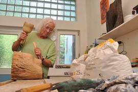 Von Hand: Mit Klöppel und Stechbeitel formt Hedda Brahms das Holz. Manchmal lässt sich die Künstlerin dabei von der Struktur des Werkstoffes leiten.