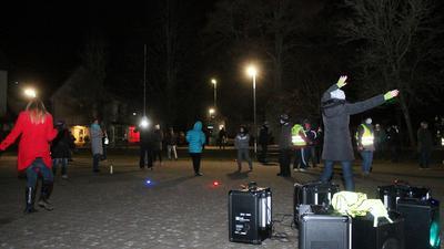 Tanzende Leute am Abend