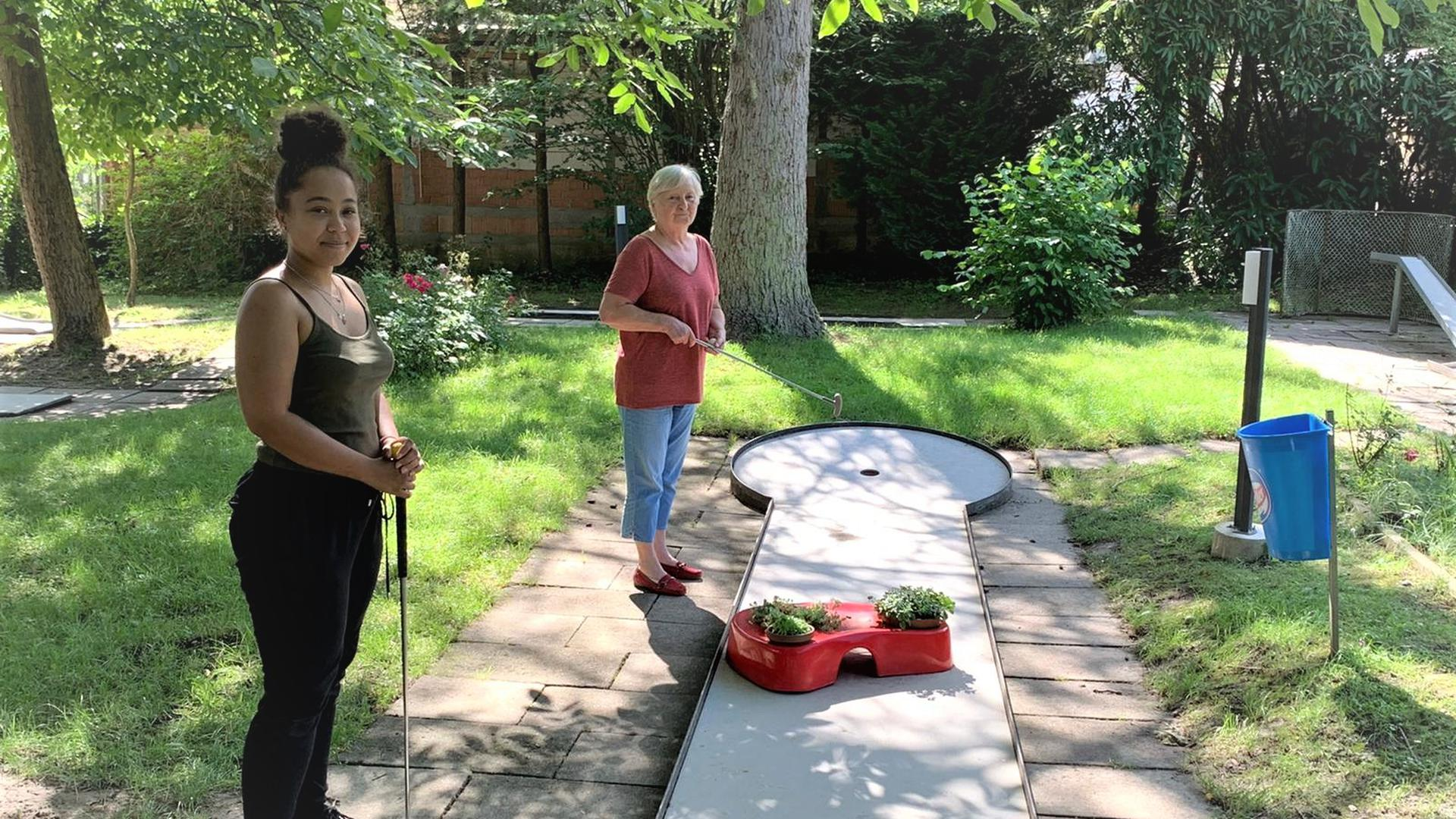 Mit dem Schläger in der Hand: Marlinde Enderle und ihre Nichte Cindy Taylor spielen nur noch selten Minigolf mit der Familie. Nur ab und zu schlagen beide dann doch mal einen Ball über die achtzehn Bahnen.