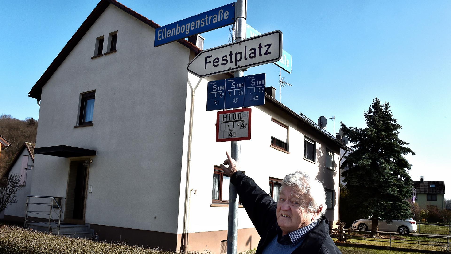 """25.02.2021 Kleinsteinbach: ungewöhnliche Straßennamen Straßenschild """"Ellenbogenstraße"""" mit Karl-Heinz Wenz"""