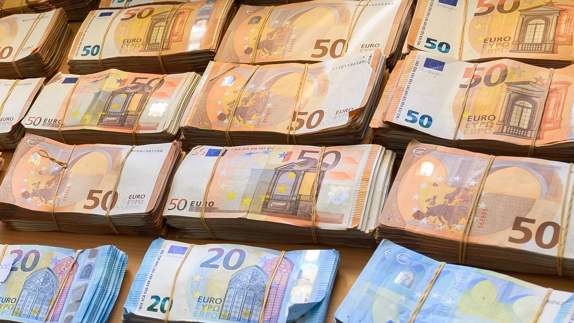 Ganz viele Banknotenbündel, 50er und 20er