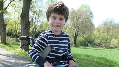 Der achtjährige Finn Steinhübel sitzt aufgrund einer Zerebralparese im Rollstuhl.