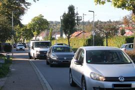 """Täglich massenhaft Verkehr: So oder so ähnlich sieht es vor allem in der Rushhour an der Straße """"Am Stadion"""" unweit des Schulzentrums in Pfinztal-Berghausen aus."""