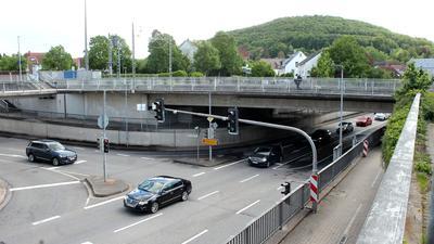 Verkehrsknoten mit kleiner Unterführung