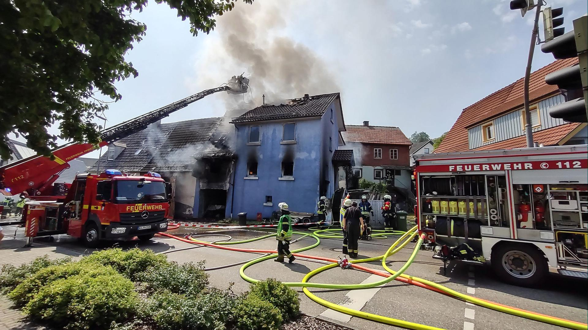 Garage und Wohngebäude in der Söllinger Hauptstraße sind nach einem Brand am Donnerstagvormittag unbewohnbar.