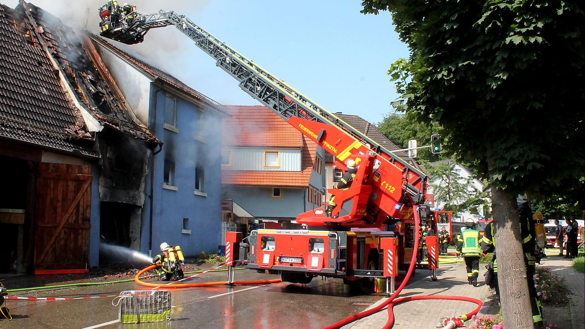 Mit einer Drehleiter rücken die Einsatzkräfte an, um das Feuer auch über den Dachstuhl bekämpfen zu können. Menschen sind bei dem Feuer nach ersten Informationen nicht zu Schaden gekommen.