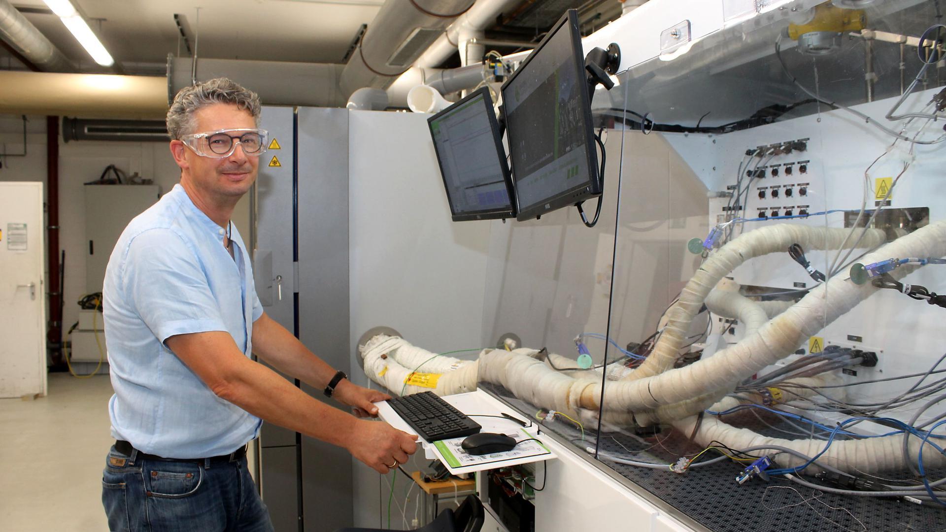 Professor Karsten Pinkwart vom ICT Berghausen wurde in den Nationalen Wasserstoffrat berufen zu sehen ist er an seinem Arbeitsplatz.