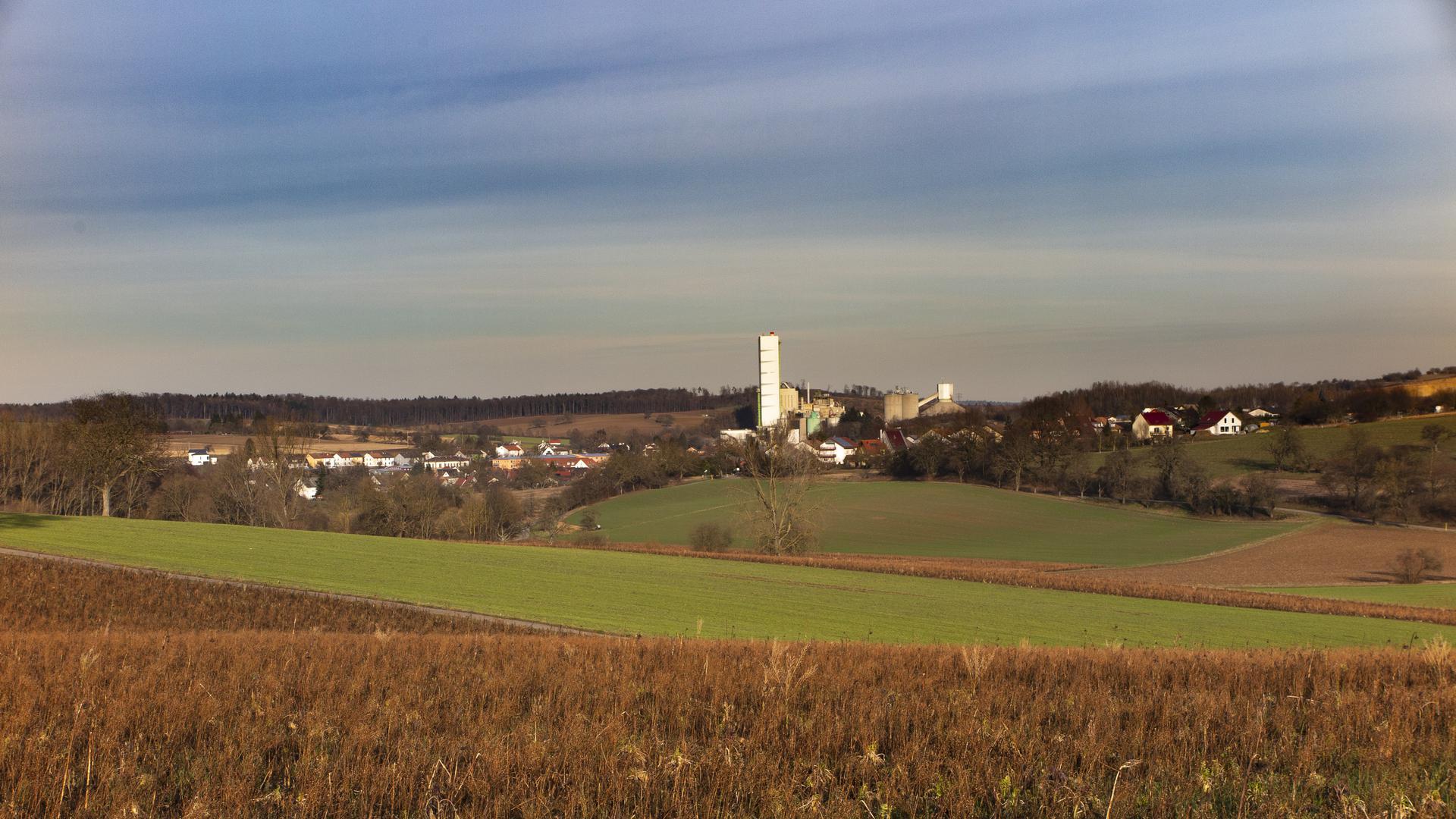 Das Wössinger Zementwerk dominiert das Panorama des Kraichdorfs.