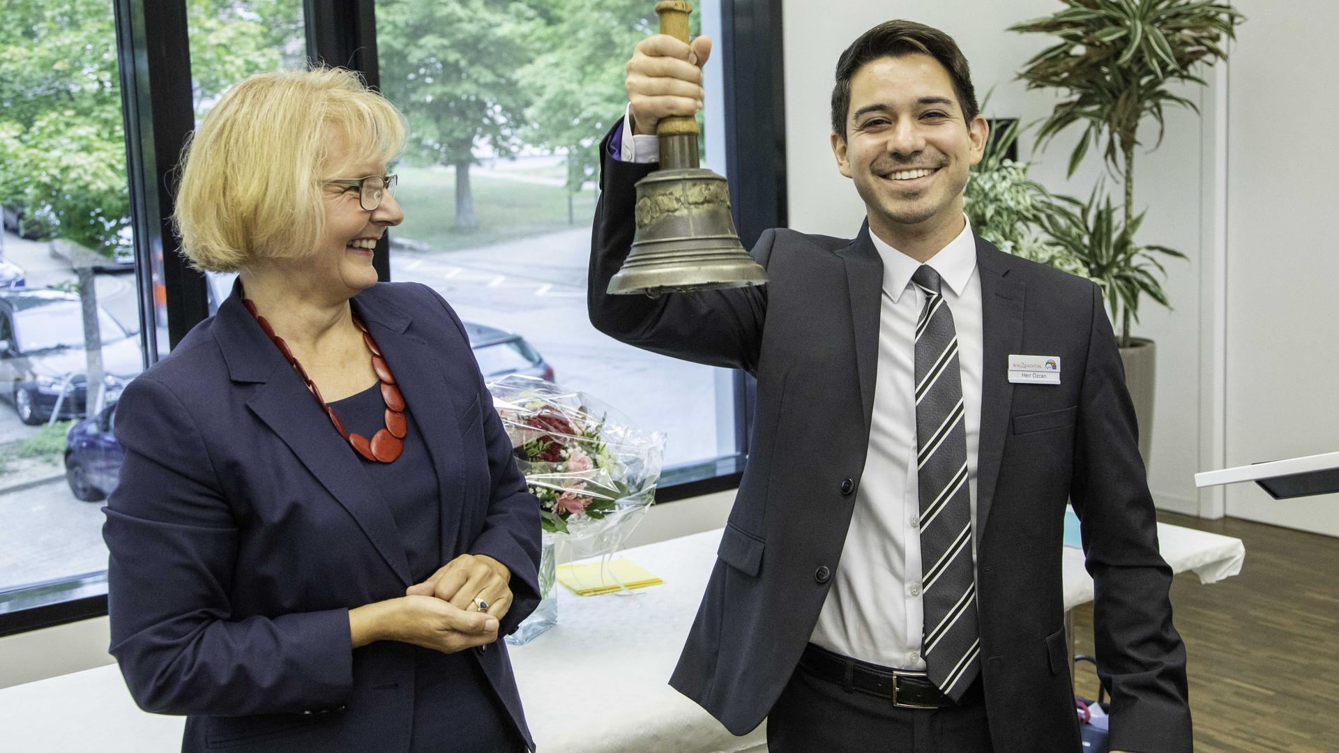 Früher sorgte der Ortsbüttel mit seiner Glocke für die neuesten Informatonen im Dorf - timur Özcan setzt hingegen auf Social Media