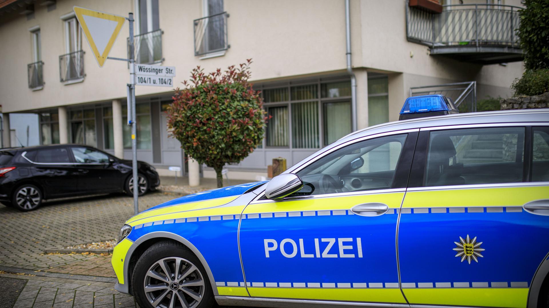 Ein Polizeifahrzeug vor einem Haus