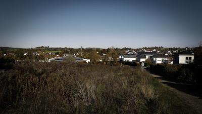 """Auf der Brachfläche im Vordergrund soll neben den benachbarten Häusern des """"Gageneck"""" das Seniorenzentrum, Kirchberg entstehen."""
