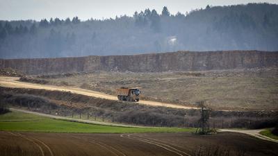 """Das Abbaugelände """"Lugenberg"""" stößt bald an seine Grenzen. Mit dem Wald beim Sulzweg ist im Hintergrund links die Alternative zu sehen."""