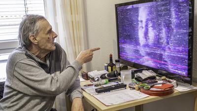 Joachim Hanke Bewohner des Wössinger Seniorenzentrums losenberg, hat einen schlechten Fernsehempfang,.