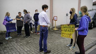 Opterra Umweltleiter Jörg Heimburg (weißes Hemd) diskutierte am Eingang der Böhnlichhalle mit den Protestierenden.