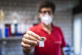 Der Wössinger Hausarzt Dr. Reto Schwenke muss mangels Nachfrage 7 Dosen AstraZeneca entsorgen.