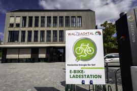 Hinweisschild auf E-Bike-Ladestation vor Rathaus